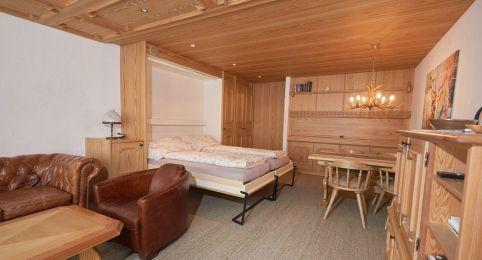 Ferienwohnung Laax - Wohnzimmer mit 2 Betten und Trennwänden