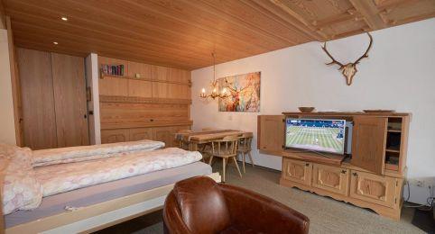 Ferienwohnung Laax - Wohnzimmer mit 2 Betten